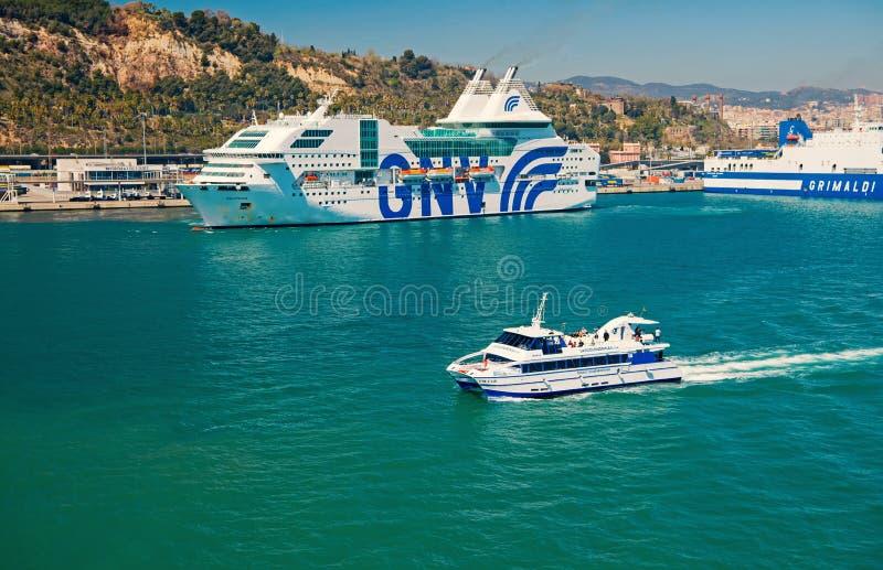 巴塞罗那,西班牙- 2016年3月30日:游船和游轮GNV,格里马尔迪线在海 水运输  免版税库存照片
