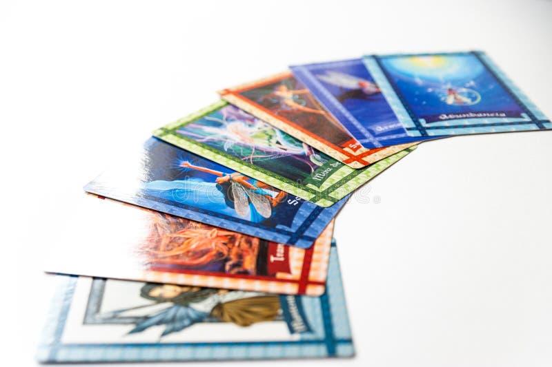 巴塞罗那,西班牙- 2019年7月20日:设置在白色背景的占卜用的纸牌与五颜六色的例证和西班牙文本 免版税库存照片
