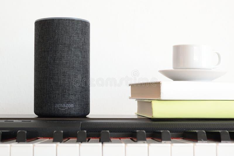 巴塞罗那- 2018年6月:在一架钢琴的亚马逊回声聪明的家庭Alexa语音服务在2018年6月20日的一个客厅在巴塞罗那 免版税库存照片