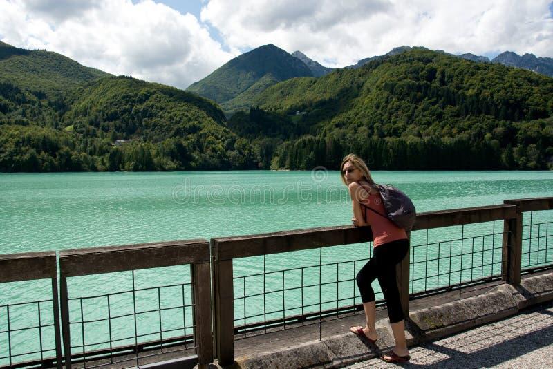 巴尔奇斯湖的妇女有纯净和水晶和冷水的在波代诺内弗留利venezia朱莉娅意大利省  免版税库存图片