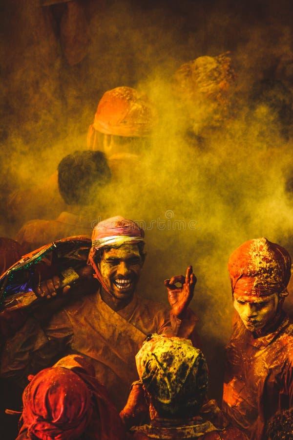 巴尔萨纳,北方邦/印度,2020年5月24日:巴萨纳·马图拉在霍利打球,在霍利时被用纯色遮住 库存图片