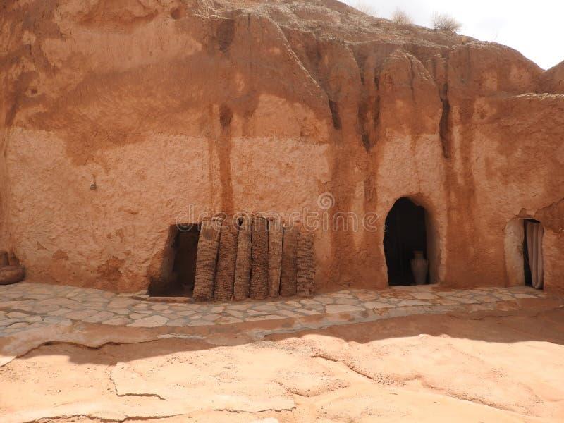 巴巴里人的地下穴居人洞在撒哈拉大沙漠,马特马塔,突尼斯,非洲,在一个晴天 免版税图库摄影