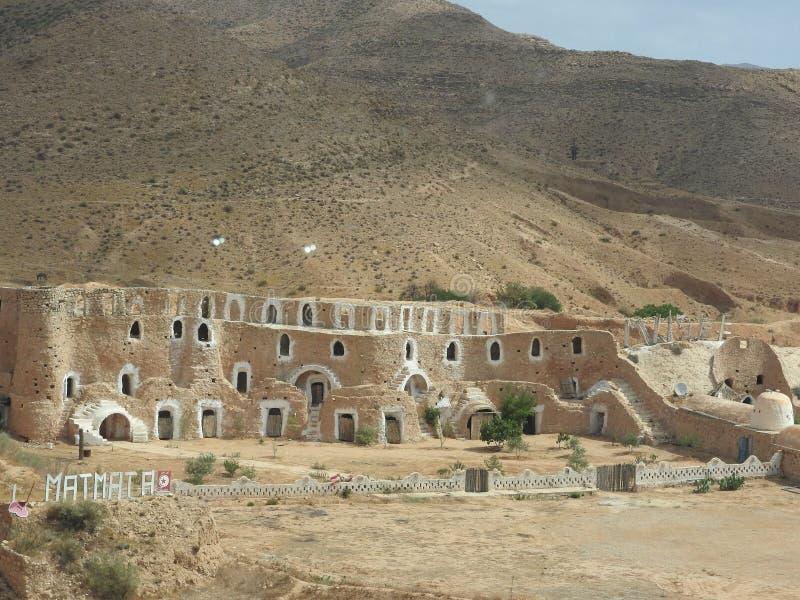 巴巴里人的地下穴居人洞在撒哈拉大沙漠,马特马塔,突尼斯,非洲,在一个晴天 免版税库存照片