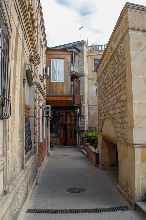 巴库的首都老城市的街道有石房子和狭窄的街道的 免版税库存照片