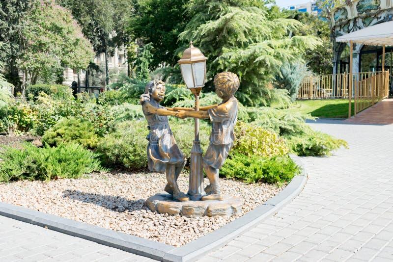 巴库,阿塞拜疆- 2018年9月26日:雕塑在公园官员的儿童的反复的小调 免版税库存图片
