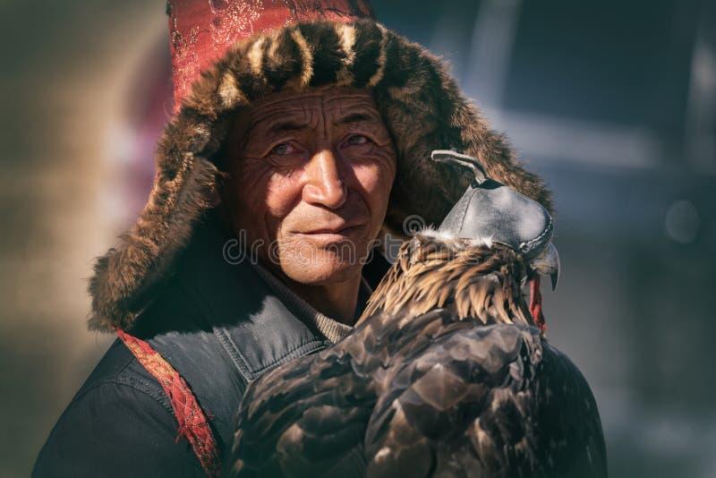 巴彦Ulgii,蒙古西部- 2018年10月07日:游牧人比赛,金鹰节日 蒙古游牧人画象有疲乏的和 免版税库存照片