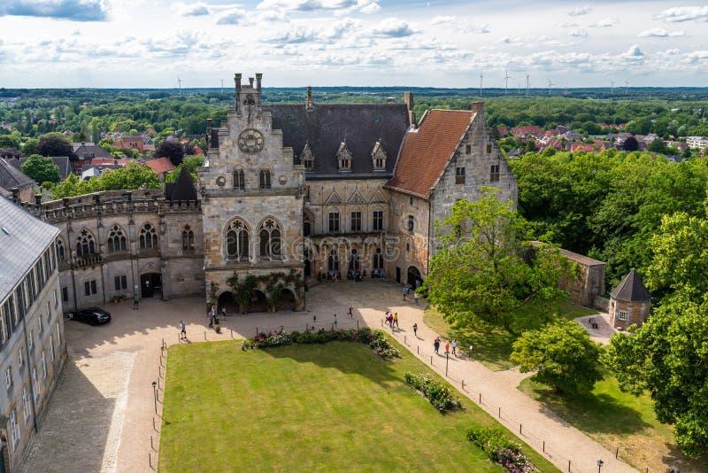 巴德本泰姆,德国- 2019年6月9日 对历史城堡本特海姆县,可看见的走的游人的庄园的看法 最大的castl 免版税库存照片
