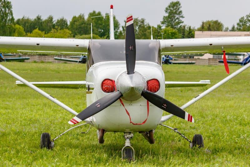 巴拉希哈,莫斯科地区,俄罗斯- 2019年5月25日:美国小型飞机赛斯纳206H RA-67568在Chyornoe的绿草停放了 库存照片