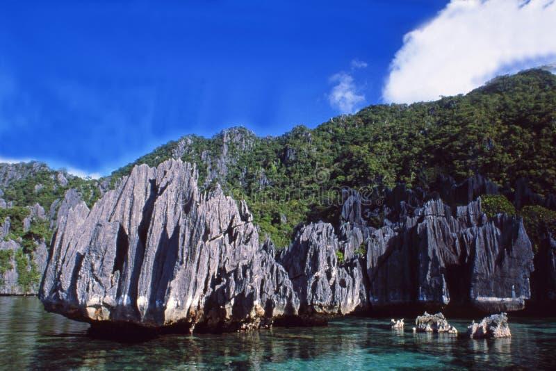 巴拉旺岛海岛:潜水者paradies在vulcanic海岛和水下的孔在菲律宾 免版税库存照片