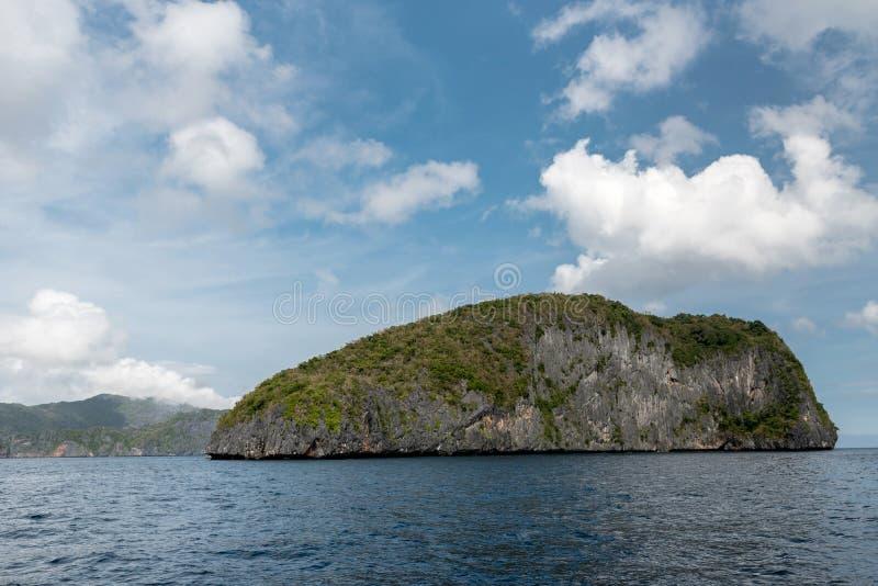 巴拉旺岛,El Nido风景  海洋和偏僻的岩石海岛在背景中 多云天空 库存图片