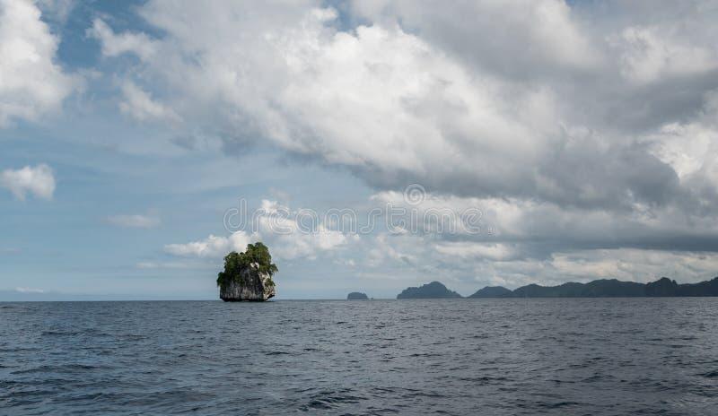 巴拉旺岛,El Nido风景  海洋和偏僻的岩石海岛在背景中 免版税图库摄影