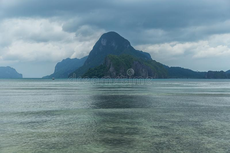 巴拉旺岛,El Nido风景  海洋和岩石海岛在背景中 风雨如磐的多云天空 菲律宾 库存图片