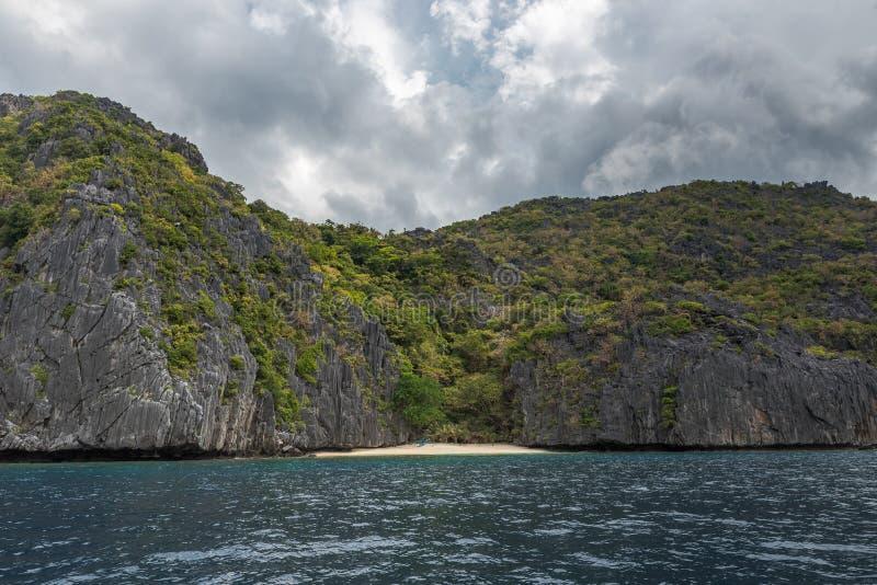 巴拉旺岛,El Nido风景  海洋和岩石海岛海滩在背景中 免版税库存图片