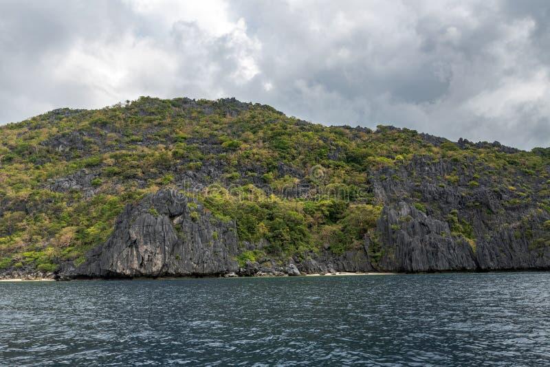巴拉旺岛,El Nido风景  海洋和岩石海岛海滩在背景中 免版税图库摄影