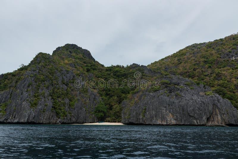 巴拉旺岛,El Nido风景  海洋和岩石海岛海滩在背景中 库存图片