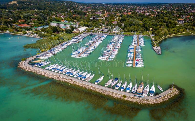 巴拉顿凯奈谢,匈牙利- Kenese与许多的小游艇船坞口岸空中全景游艇和风船 免版税库存图片