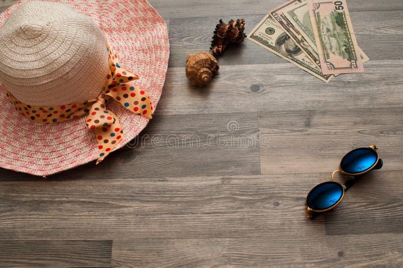 巴拿马和太阳镜有美元的,这是节日礼物 免版税库存照片