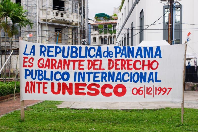 巴拿马城,巴拿马- 2018年4月20日:观看在大厦的投稿标志Casco Viejo诉说前面权利 库存照片