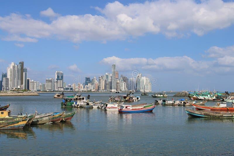 巴拿马市与城市地平线的港口视图 免版税库存照片
