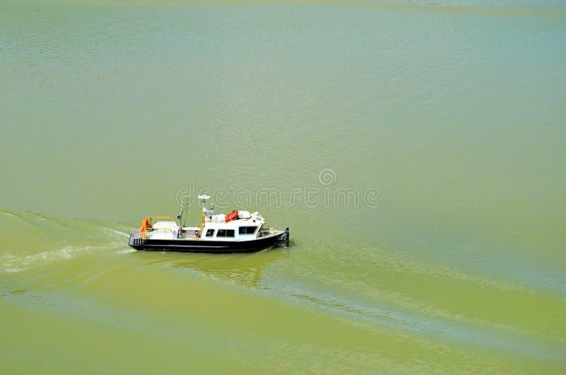 巴拿马运河在途中的乘员组小船 库存图片