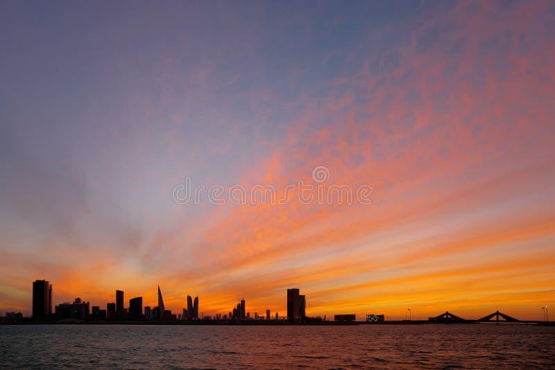 巴林地平线和金黄天空在日落, HDR 免版税库存照片