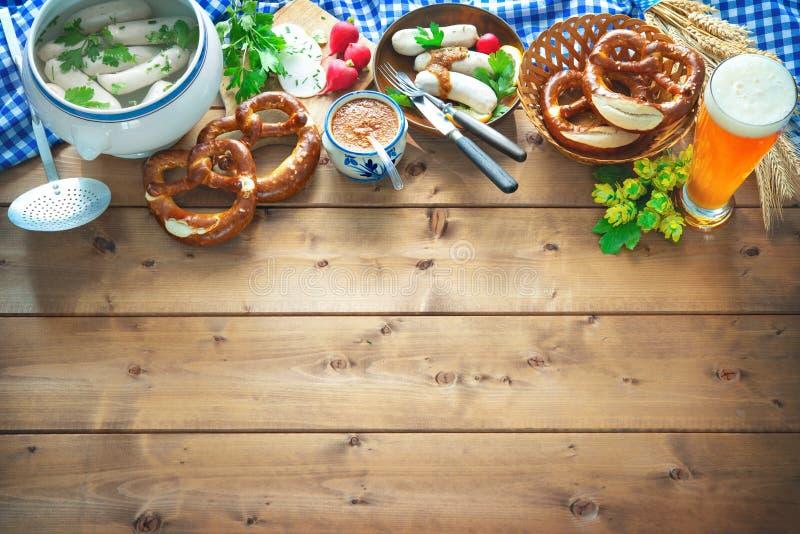巴法力亚香肠用椒盐脆饼、甜芥末和啤酒在rusti 库存图片
