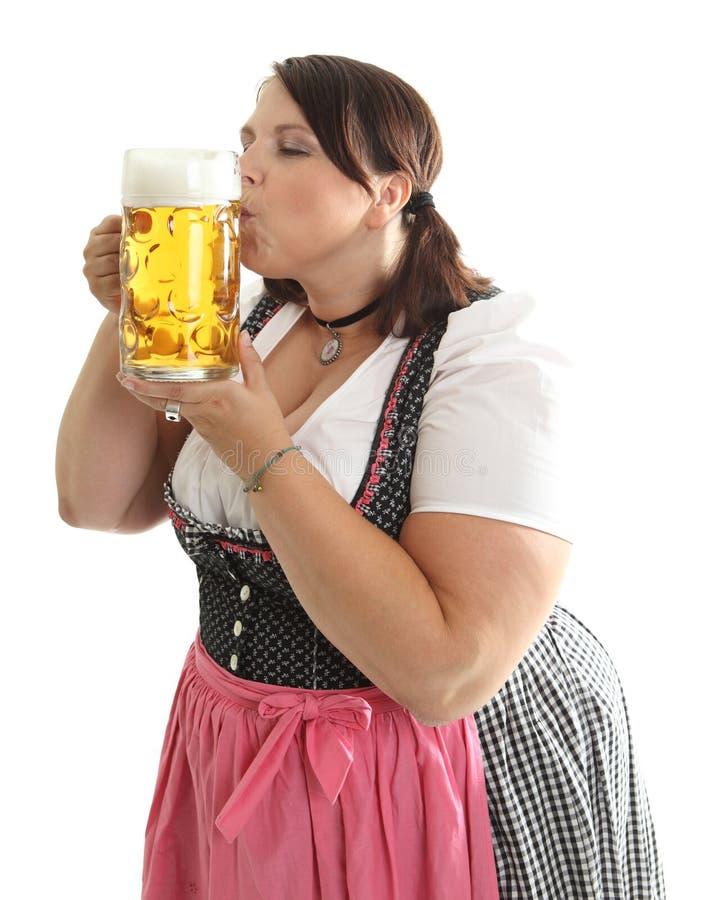 巴法力亚oktoberfest啤酒女孩亲吻的杯子 库存照片