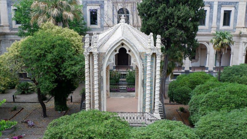 巴洛克式的树荫处在修道院的庭院里 卡塔尼亚,西西里岛 免版税库存图片
