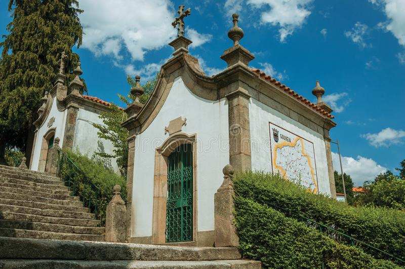 巴洛克式的样式的小教堂在石楼梯旁边 免版税库存照片