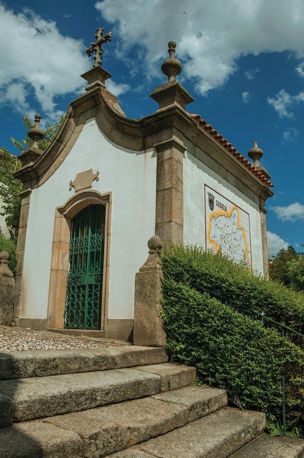 巴洛克式的样式的小教堂在石楼梯旁边 库存照片