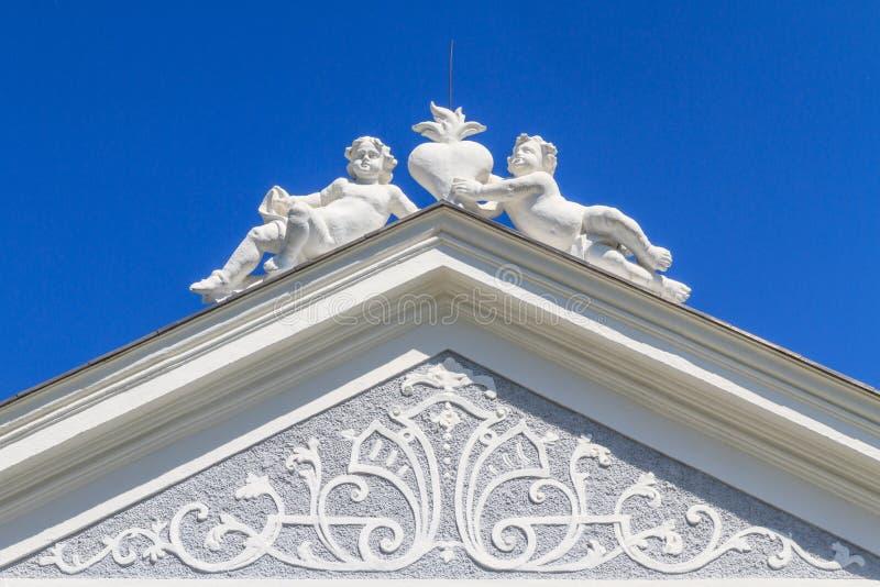 巴洛克式的门户顶层  免版税图库摄影