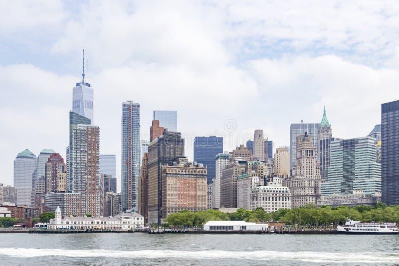 巴特里公园和曼哈顿下城摩天大楼看法在纽约,美国 免版税库存图片