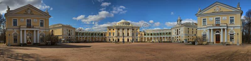 巴甫洛夫斯克,圣彼德堡,俄罗斯- 2018年4月16日巴甫洛夫斯克宫殿的全景 库存照片