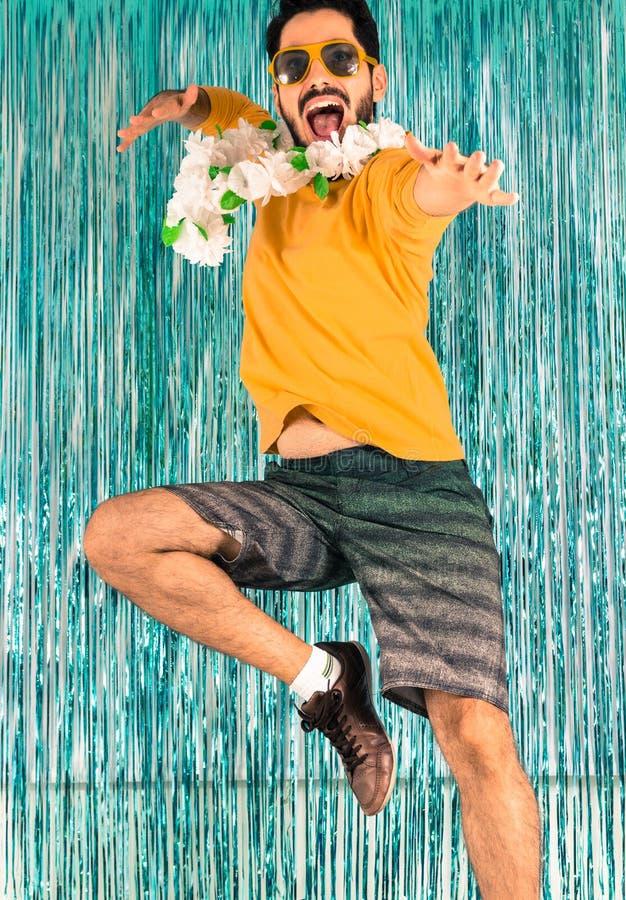巴西人为喜悦跳 滑稽,热情 人以绿色和yel 免版税库存图片
