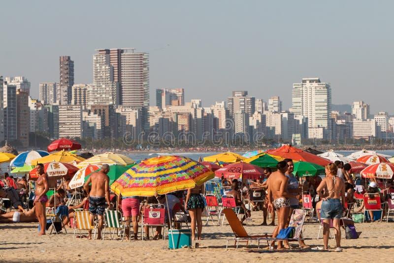 巴西人人群享受好日子在圣维森特市海滩 免版税图库摄影