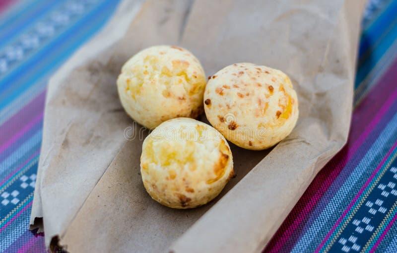 巴西人和巴拉圭人pan de queso或奶酪面包在街道食物市场上 图库摄影