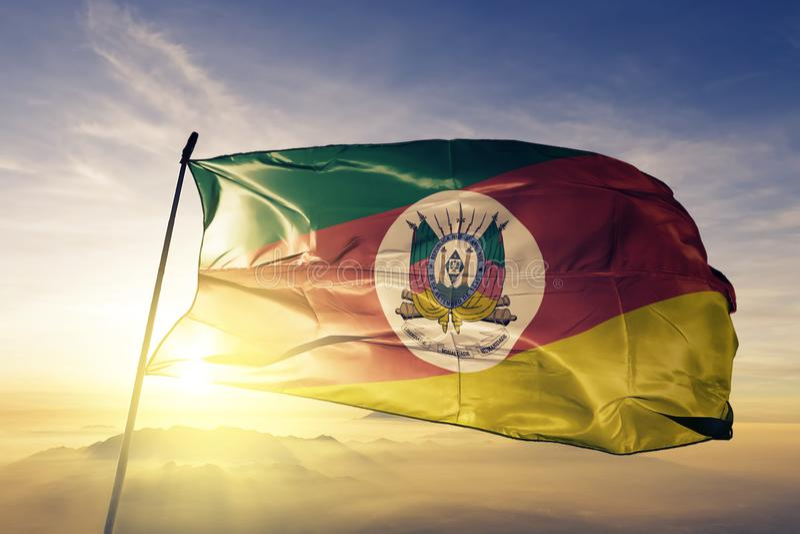 巴西旗子纺织品挥动在顶面日出薄雾雾的布料织品南里奥格兰德州状态  皇族释放例证