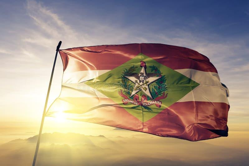 巴西旗子纺织品挥动在顶面日出薄雾雾的布料织品圣卡塔琳娜州状态  库存例证