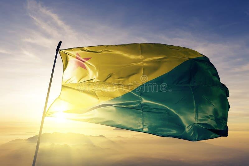 巴西旗子纺织品挥动在顶面日出薄雾雾的布料织品英亩状态  皇族释放例证