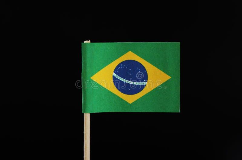 巴西的一面国旗牙签的在黑背景 与大黄色金刚石的一个绿色领域 在圈子t中间 库存图片