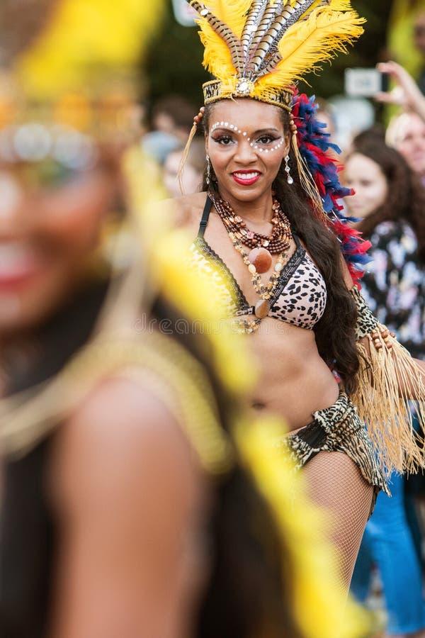 巴西舞蹈家高视阔步充满信心地在亚特兰大万圣夜游行 免版税库存图片