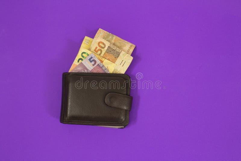 巴西金钱在紫色背景的钱包里 库存照片