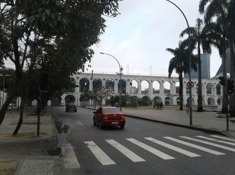 巴西-里约热内卢-街市-卡约埃尔考斯da Lapa -渡槽-树-城市-正方形 图库摄影