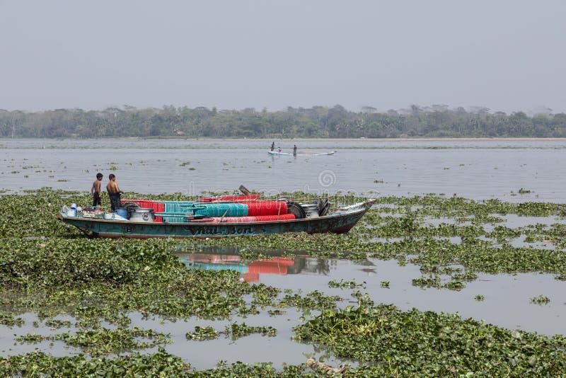 巴里萨尔,孟加拉国, 2017年2月28日:在一条河的船在孟加拉国 免版税库存图片