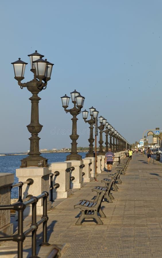 巴里,意大利:路灯柱和亚得里亚海 库存照片
