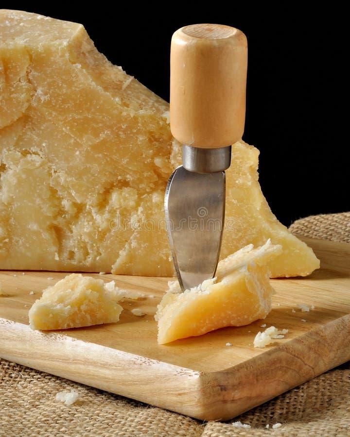 巴马干酪和干酪刀子 免版税图库摄影