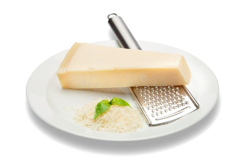 巴马干酪和搓碎干酪片断在白色背景 裁减路线 免版税图库摄影