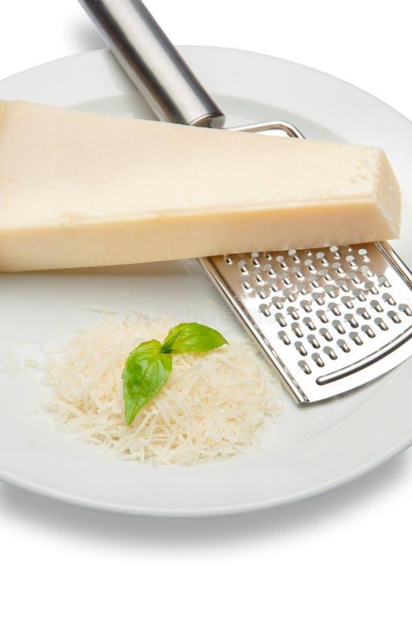 巴马干酪和搓碎干酪片断在白色背景 裁减路线 库存图片