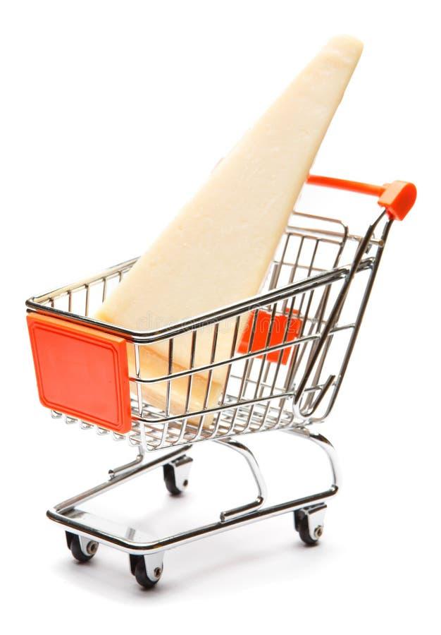 巴马干酪片断在购物车的在白色背景 免版税库存照片