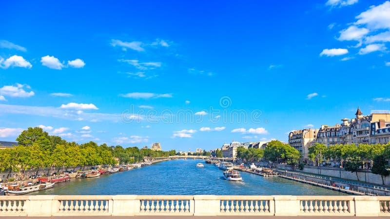 巴黎、塞纳河和传统小船。 桥梁视图。 法国,欧洲。 库存照片